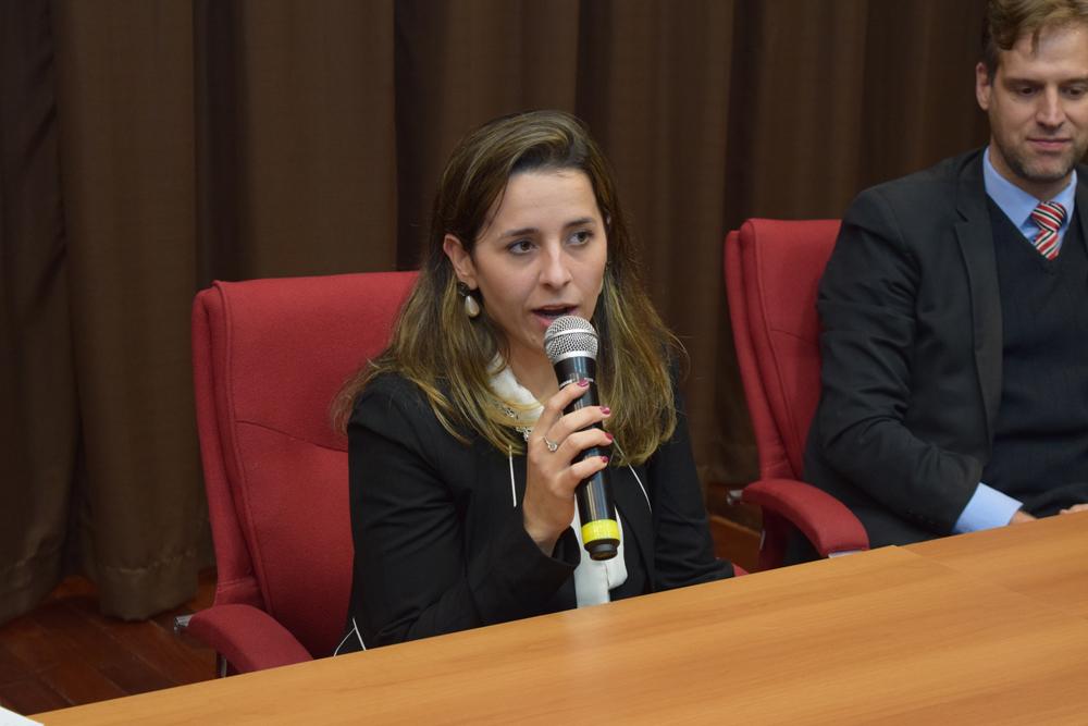 Integrante do CSI e professora da Dom Helder, Camila Martins, recepciona os alunos.