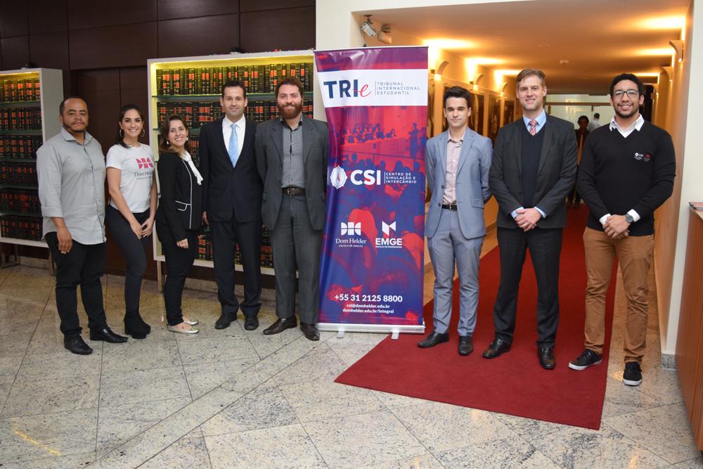 Professores da Dom Helder e estudantes durante evento promovido pelo TRI-e