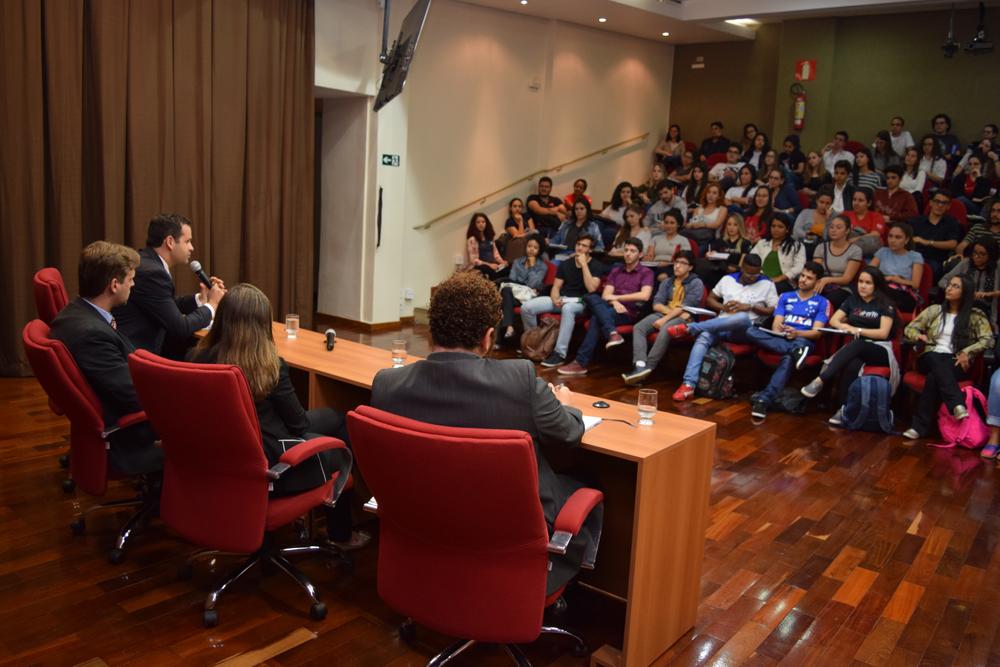 Professores da Dom Helder conversam com os alunos sobre o Tribunal Internacional Estudantil