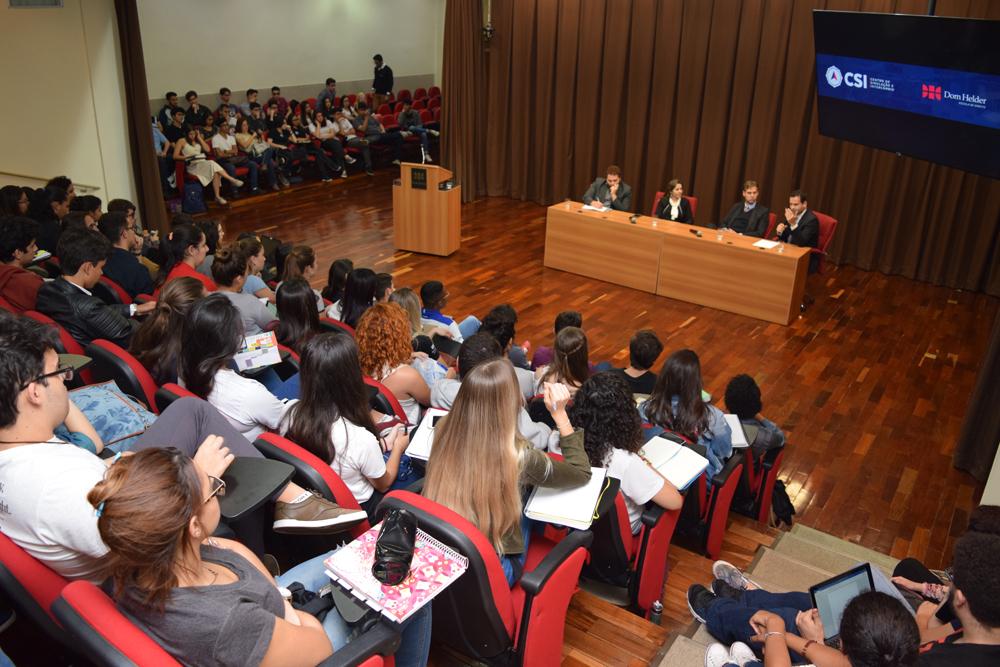 O professor André de Paiva Toledo falou com os alunos sobre Direito Internacional de forma genérica.