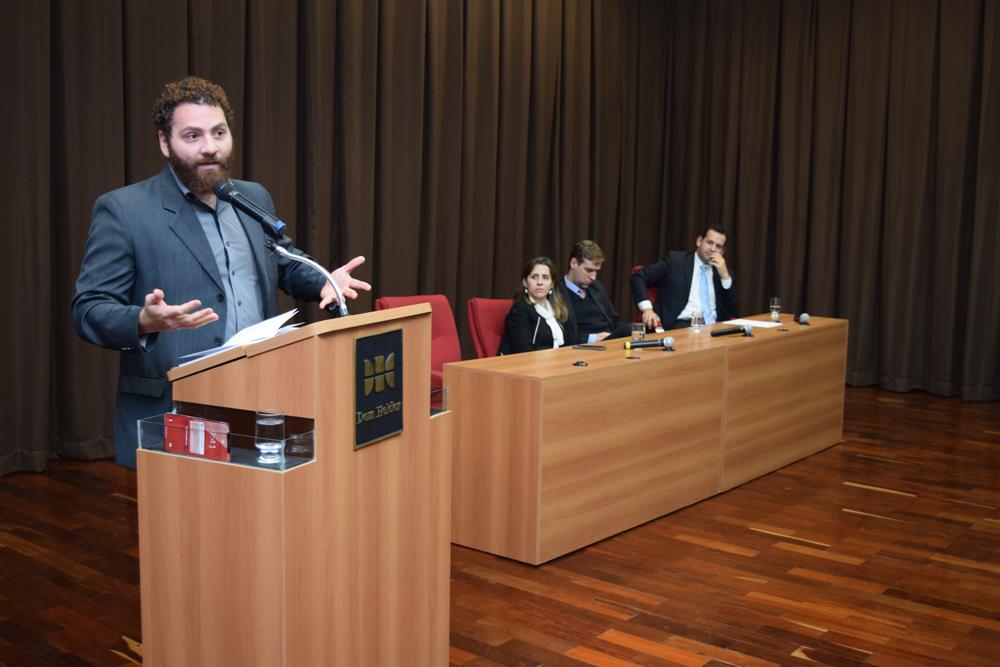 O professor Pedro Gustavo Gomes Andrade falou sobre desarmamento.