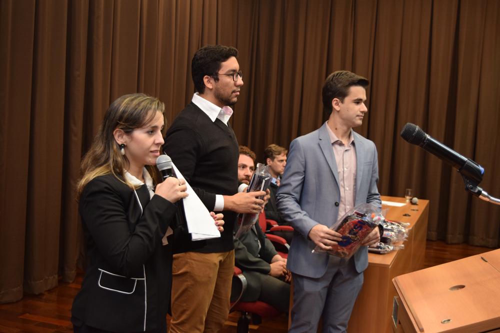 Professora Camila realiza o sorteio de Kits aos alunos.