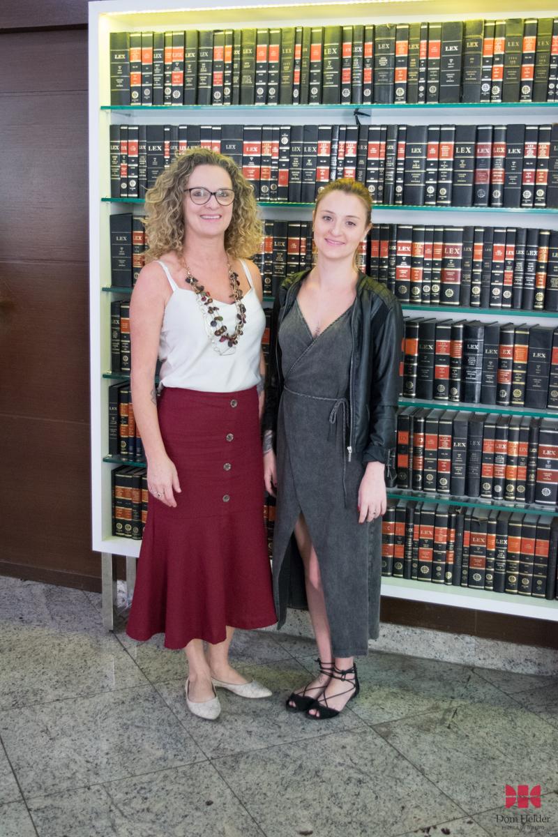 Cácia Stumpf, pró-reitora de Administração, e Thalita Troian, advogada da Dom Helder.