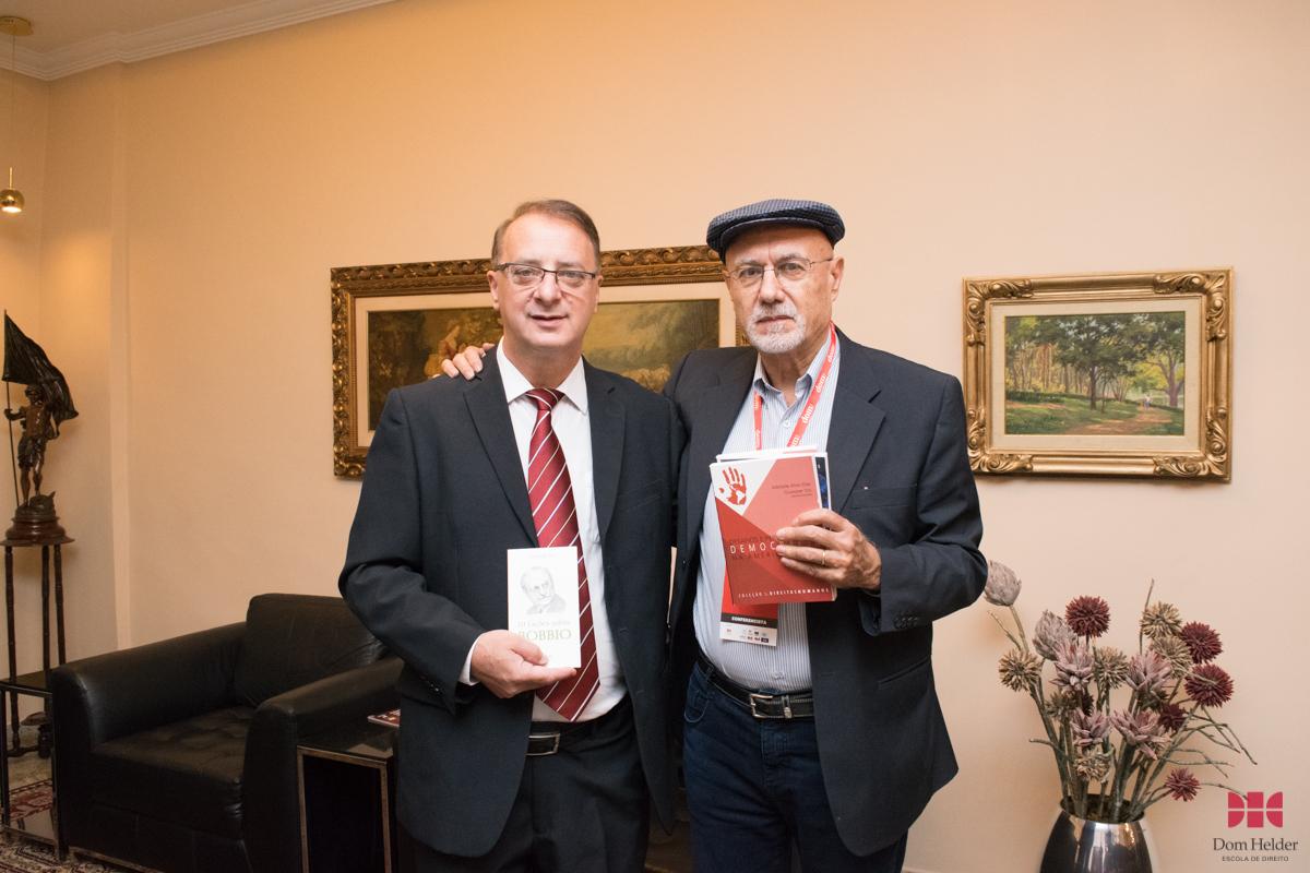 Prof. Dr. Paulo Umberto Stumpf, SJ, reitor da Dom Helder e o Prof. Dr. Giuseppe Tosi (UFPB).