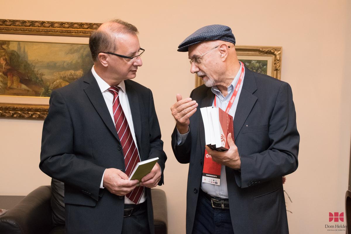 Prof. Dr. Giuseppe Tosi (UFPB) fez a doação de livros para a biblioteca da Dom Helder.