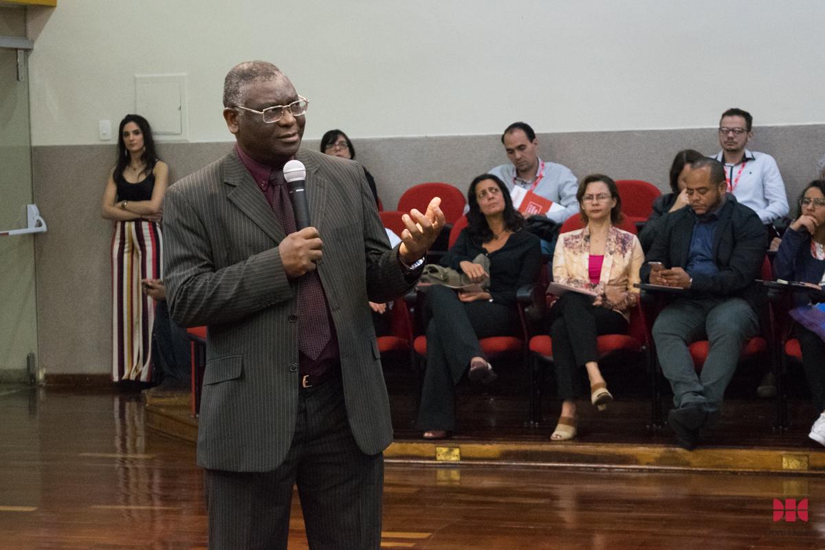 Prof. Sébastien Kiwonghi Bizawu durante o painel 'Do processo sócio-histórico dos direitos humanos à institucionalização internacional e às lutas e resistências'