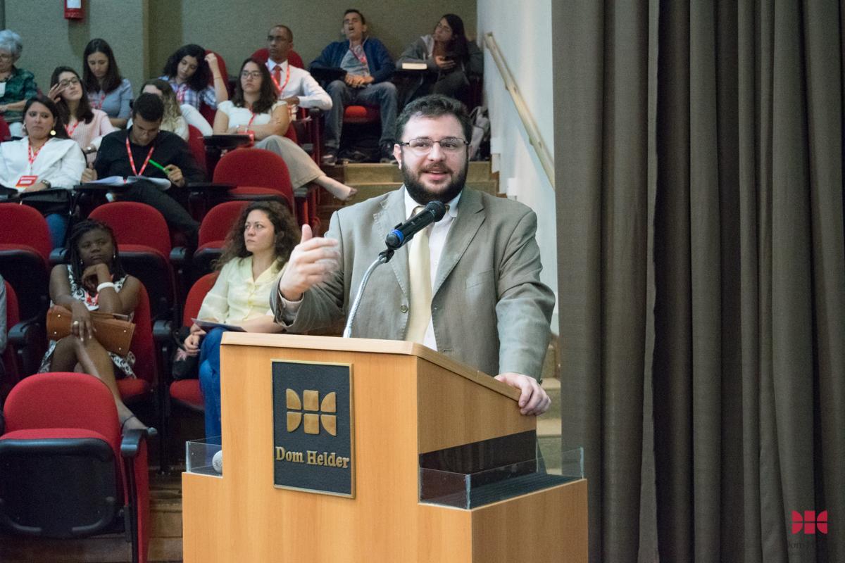 Prof. Msc. Lucas Augusto Tomé Kannoa Vieira (UNIPTAN) durante o painel 'Do processo sócio-histórico dos direitos humanos à institucionalização internacional e às lutas e resistências'