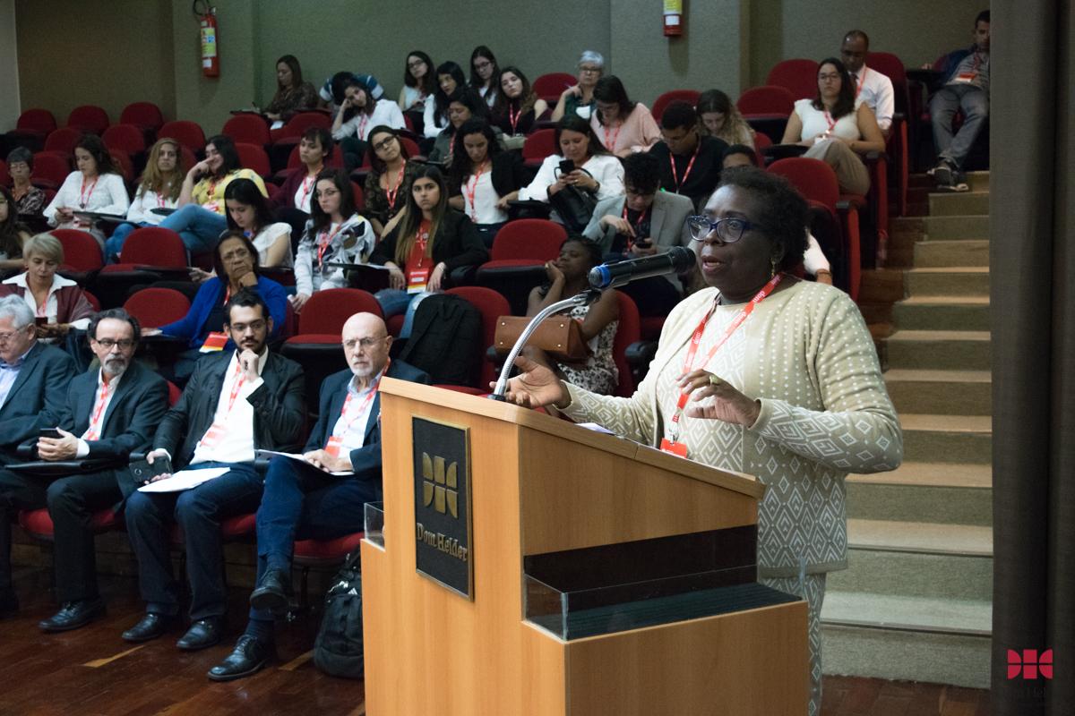 Prof.ª Msc. Maria Emília da Silva (Instituto DH) durante o painel 'Do processo sócio-histórico dos direitos humanos à institucionalização internacional e às lutas e resistências'.