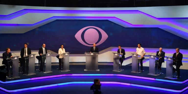 Da esquerda para direita, os candidatos presidenciais  Álvaro Dias (Podemos), Cabo Daciolo (Patriota), Geraldo Alkmin (PSDB), Marina Silva (Rede), o jornalista moderador Ricardo Boechat, Jair Bolsonaro (PSL), Guilherme Boulos (PSOL), Henrique Meirelles (MDB) e Ciro Gomes(PDT) durante o primeiro debate televisionado das eleições de 2018