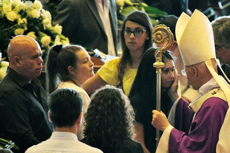 Arcebispo de Gênova, cardeal Angelo Bagnasco, recebe os parentes das vítimas.