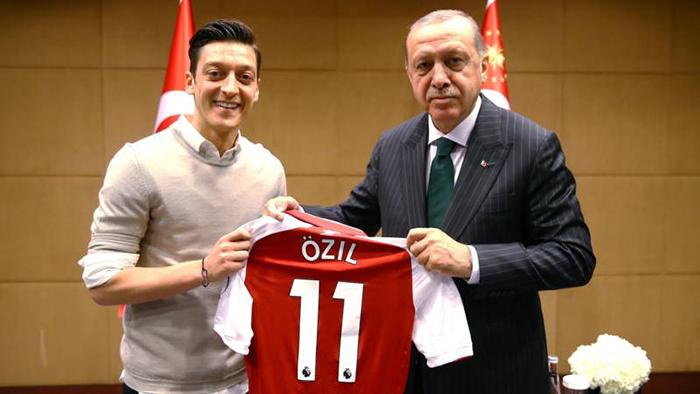 O jogador Ozil e o presidente turco Erdogan.