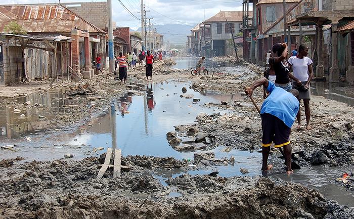 Falta de saneamento básico é um dos fatores para a propagação de doenças, como o cólera, no Haiti.