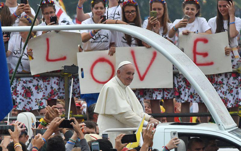 Jovens saúdam papa Francisco durante a Jornada Mundial da Juventude em Cracóvia.