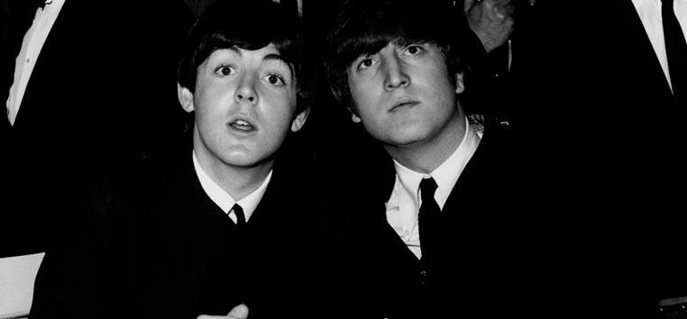 Paul McCartney e John Lennon em 1964.