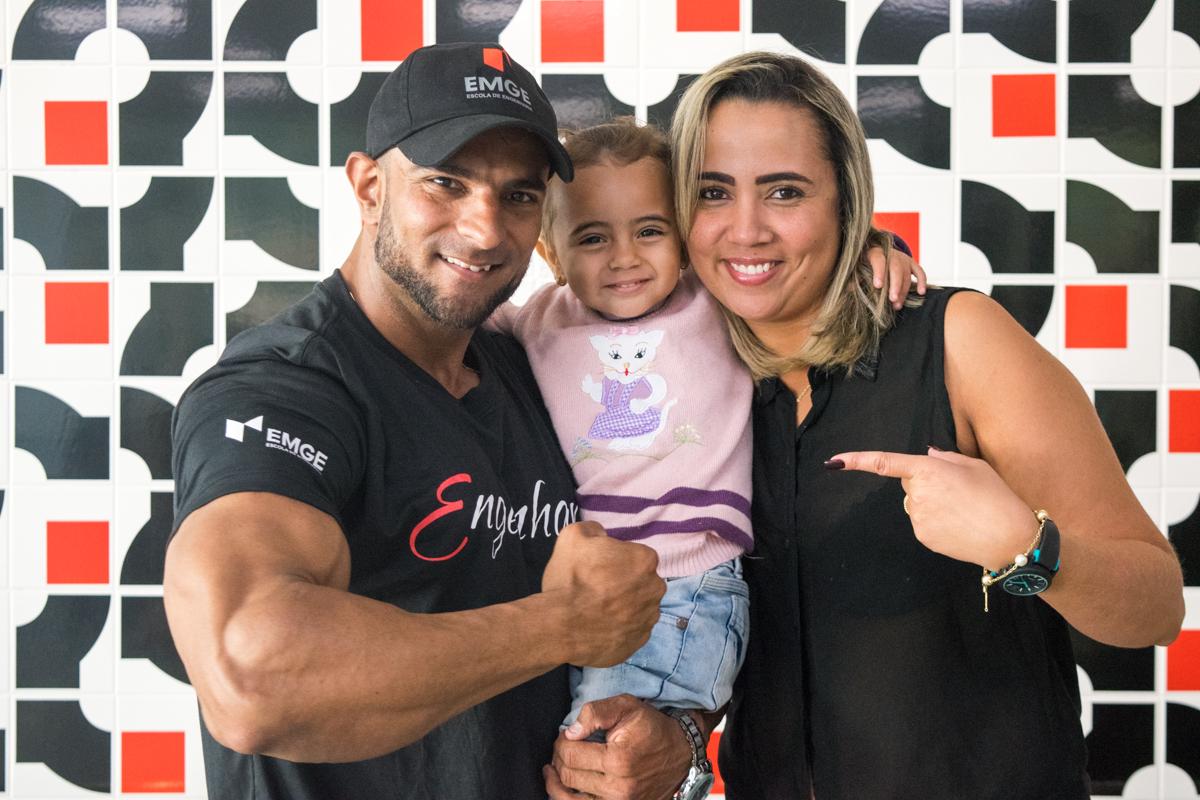 O fisiculturista aponta o apoio da esposa, Tamíris Aparecida e da filha Cecília, de dois anos, como fator essencial para progredir no esporte.