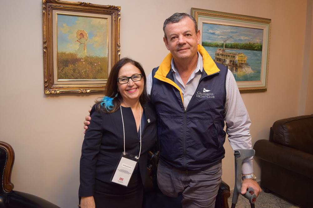 A pró-reitora de pesquisa Beatriz Souza Costa com o velejador Lars Grael