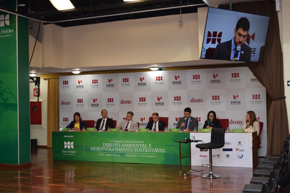 O professor da Dom Helder e reitor da EMGE, Franclim Brito, agradece a presença de todos os congressistas