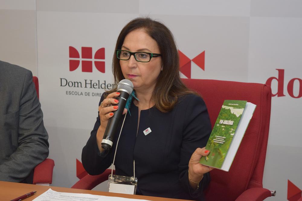 A pró-reitora de pesquisa Beatriz Souza Costa durante o evento