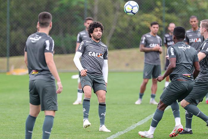 O meia equatoriano Cazares deve permanecer na formação, com Luan sendo o favorito a ser sacado.