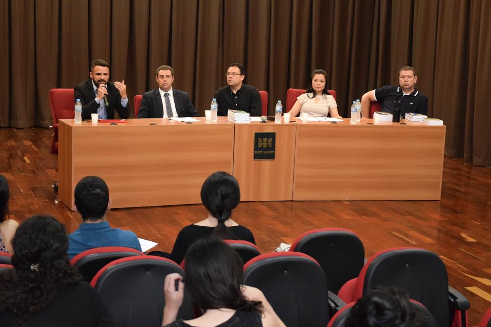 Os professores palestrantes Edson Siqueira Jr. (FADILESTE), Vinícius Thibau (Dom Helder), Émilien Reis (Dom Helder), Vânia Carvalho (UNIFAMINAS) e Marcelo Rocha (Dom Helder).