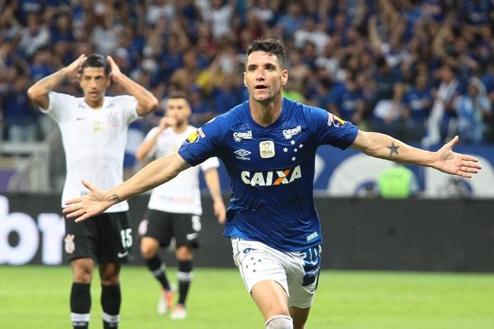 O setor defensivo corintiano deu espaço e Thiago Neves deitou e rolou. Ele infernizou a zaga corintiana e marcou o gol da vitória no finalzinho do primeiro tempo.