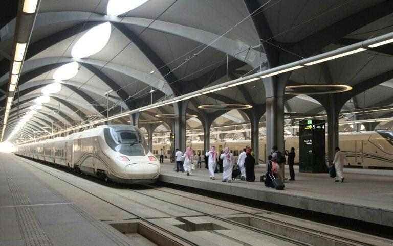 Passageiros sauditas na plataforma de uma estação em Meca