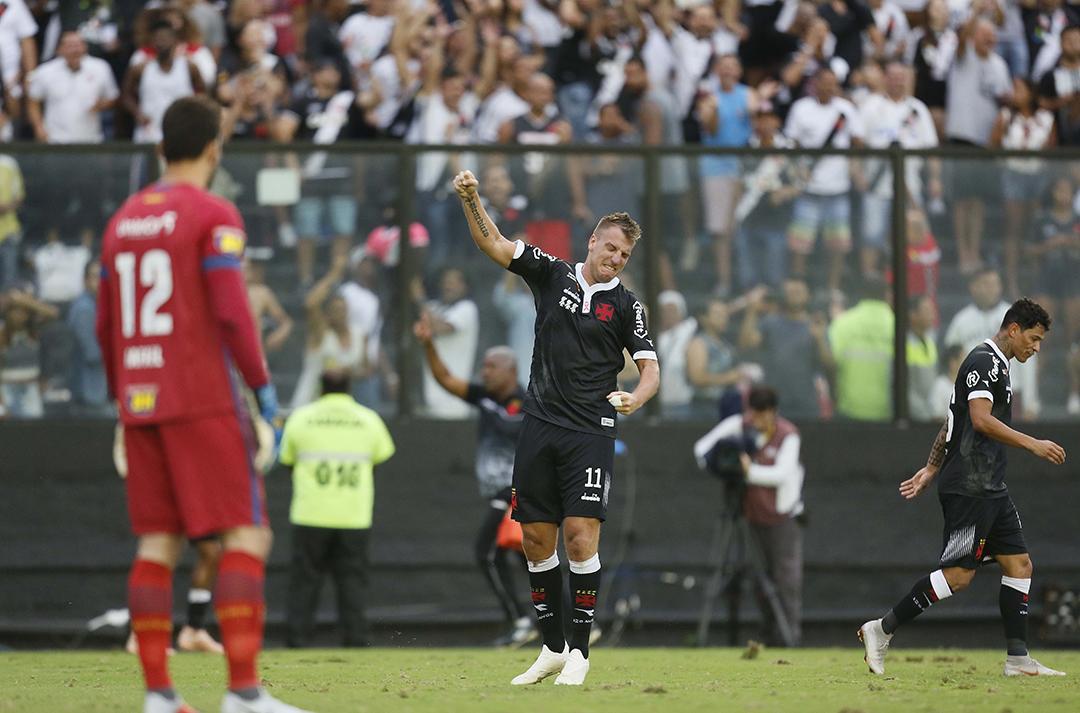 Maxi López marcou um golaço na vitória por 2 a 0 (Foto: )