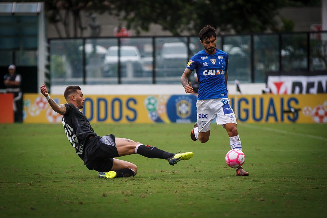 Com a vitória, o Vasco respirou na tabela e, com 34 pontos, abriu três da Chapecoense.