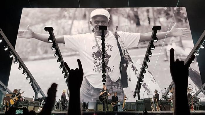 O ato ocorreu no seu show na Arena Fonte Nova e depois foi reproduzido por Waters nas redes sociais.