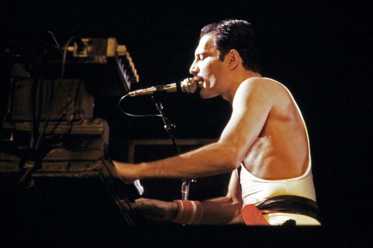Freddie Mercury, em 18 de setembro de 1984 em show, em Paris.