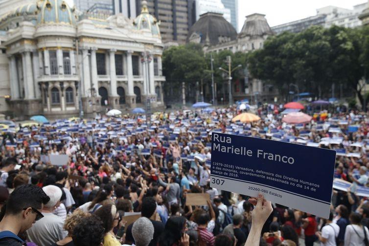 O samba 2019 da Mangueira homenageia heróis do povo, como a vereadora carioca Marielle Franco.