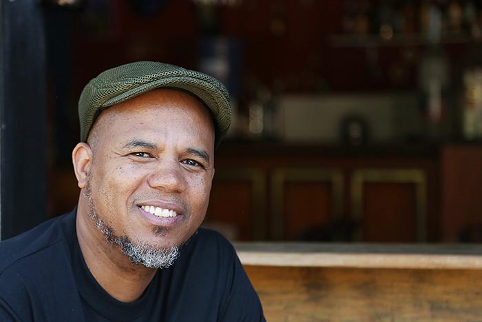 Dé Lucas é um grande estudioso e se dedica a história do samba, suas influências e ritmos.