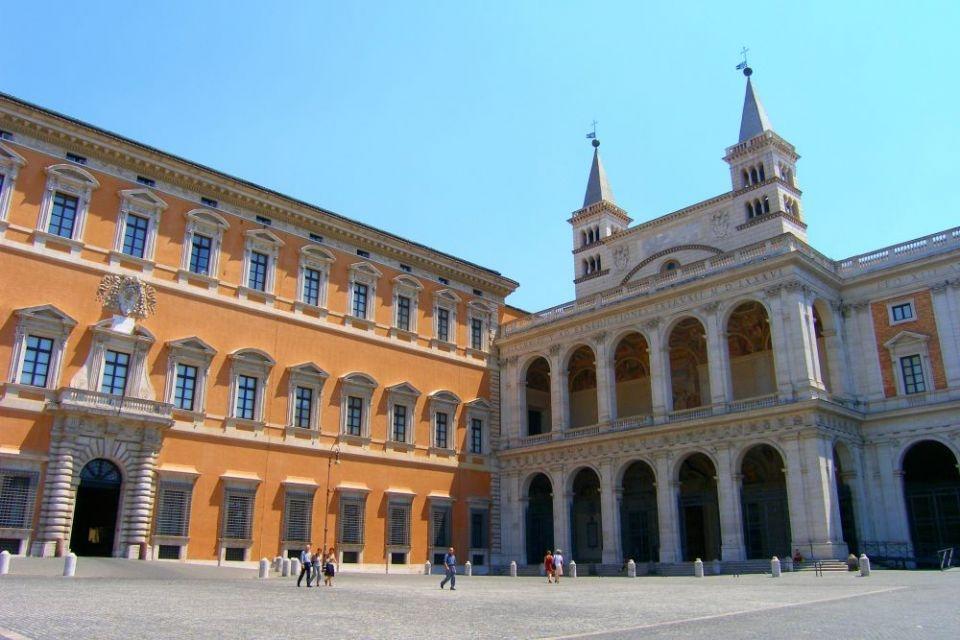 O Palácio de Latrão foi entregue por Constantino I ao bispo de Roma, que converteu o edifício em um templo durante o século IV. A Basílica de São João, à direita, é a igreja mais antiga da Europa e a Catedral de Roma.