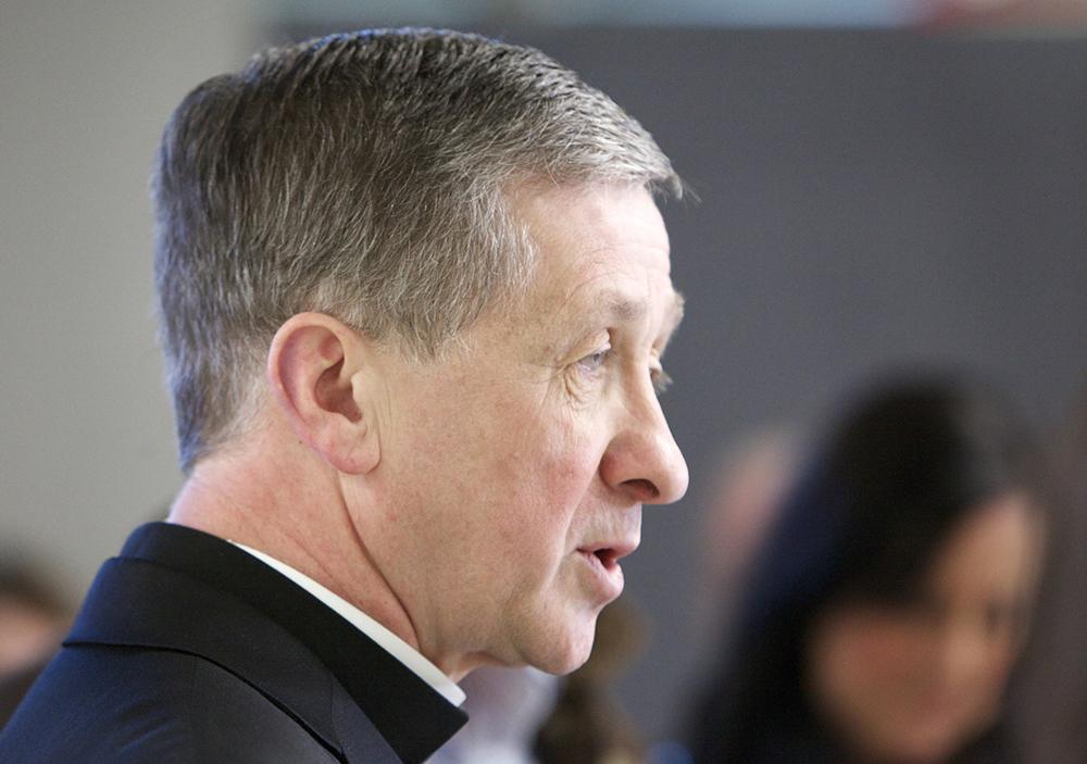 O arcebispo Blase Cupich fala em uma coletiva de imprensa depois de chegar ao Aeroporto Internacional O'Hare, em Chicago, em 13 de novembro.