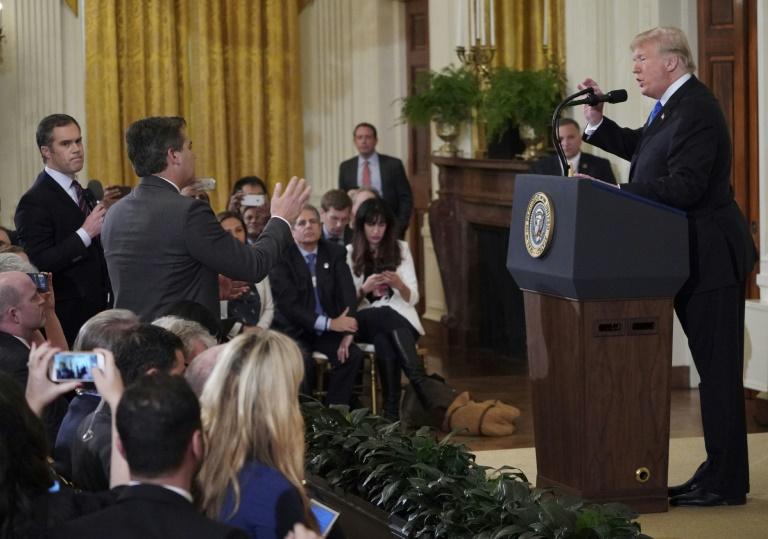 Presidente americano, Donald Trump, discute com jornalista da CNN Jim Acosta (C) e com repórter de NBC Peter Alexander (E)