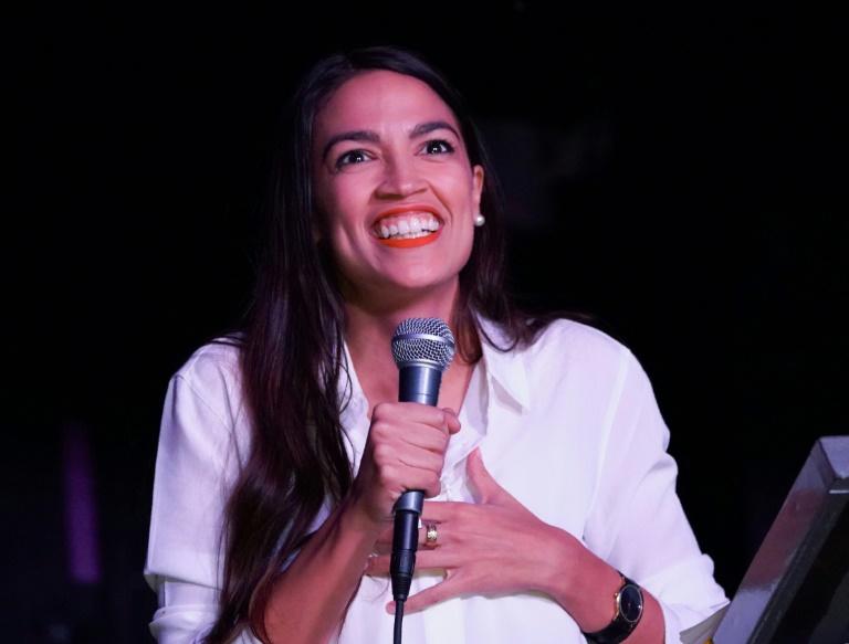 Alexandria Ocasio-Cortez discursa a seus seguidores em 6 de novembro de 2018 após conquistar um assento na Câmara de Representantes por um distrito de Nova York