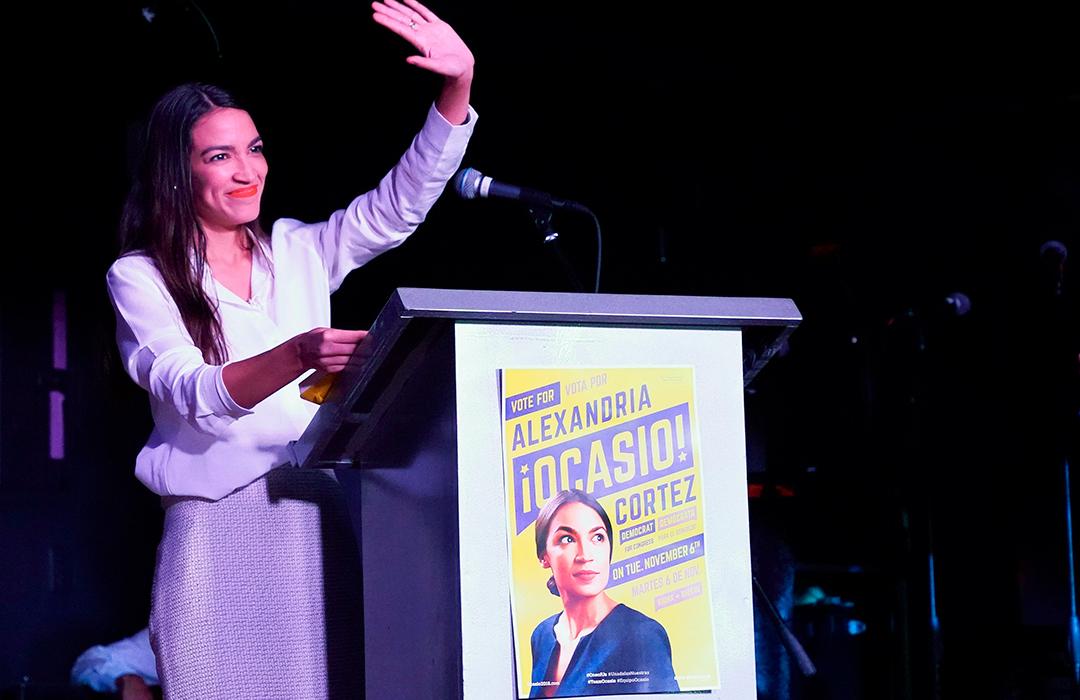 Alexandria Ocasio-Cortez, de 29 anos, tornou-se a mais jovem eleita para a Câmara.