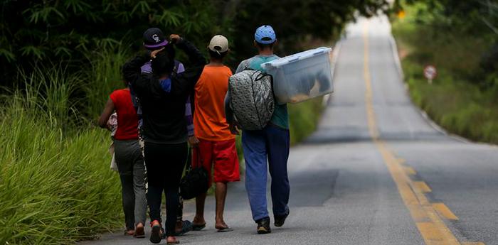 Grupo de imigrantes venezuelanos percorre a pé o trecho de 215 km entre as cidades de Pacaraima e Boa Vista. -