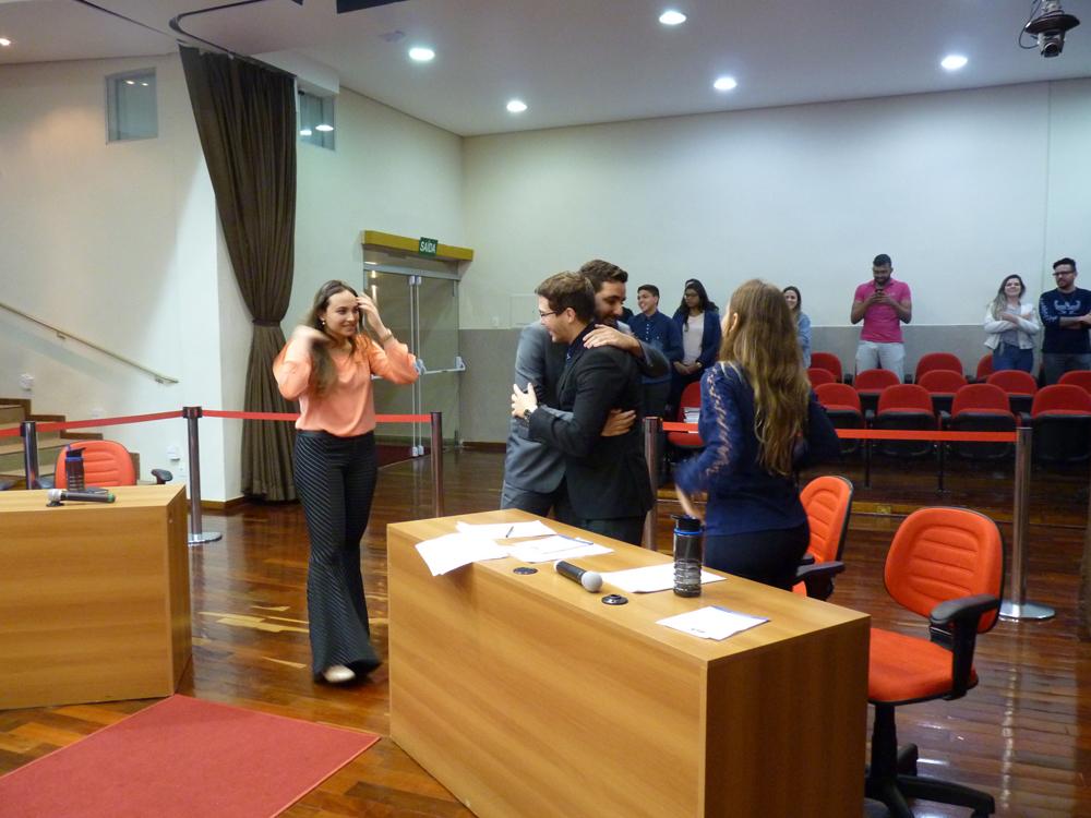 Duplas finalistas se abraçam após a divulgação do resultado do torneio.