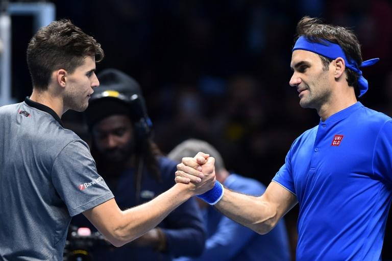 O suíço Roger Federer (D) cumprimenta o austríaco Dominic Thiem, em Londres.