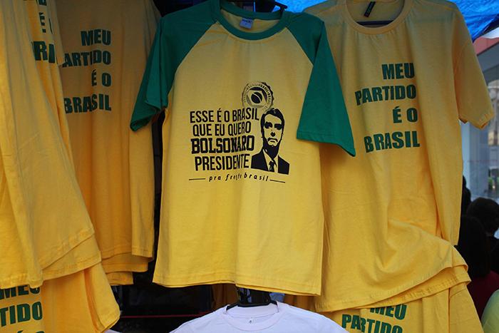 Venda de camisetas estampadas com o rosto, nome e mensagem relacionadas ao candidato à presidência da República, Jair Bolsonaro, são vendidas em comércios na Rua 25 de Março em São Paulo (SP).