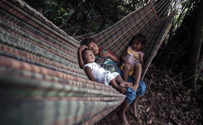 Índios mundurukus em suas terras, que ficam a cerca de 40 minutos a pé do rio Tapajós, em Itaituba, no Pará.
