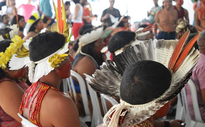 As políticas públicas que poderiam incluir o indígena em ações sociais tanto no espaço rural quanto no urbano inexistem.