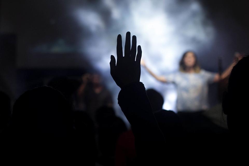 Quando as músicas cristãs passam a refletir uma noção de culpa recalcada que desemboca em um Deus distante que tolhe a liberdade humana para se fazer deus, é preciso que algo seja feito.