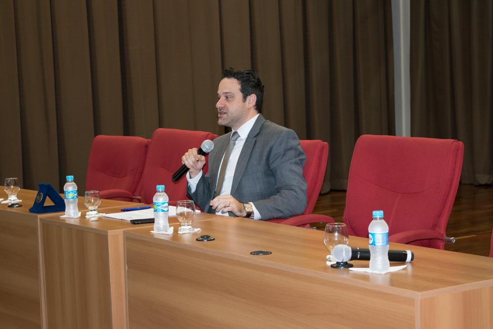 O professor Alexandre Antonio Alkmim Teixeira conduziu o debate