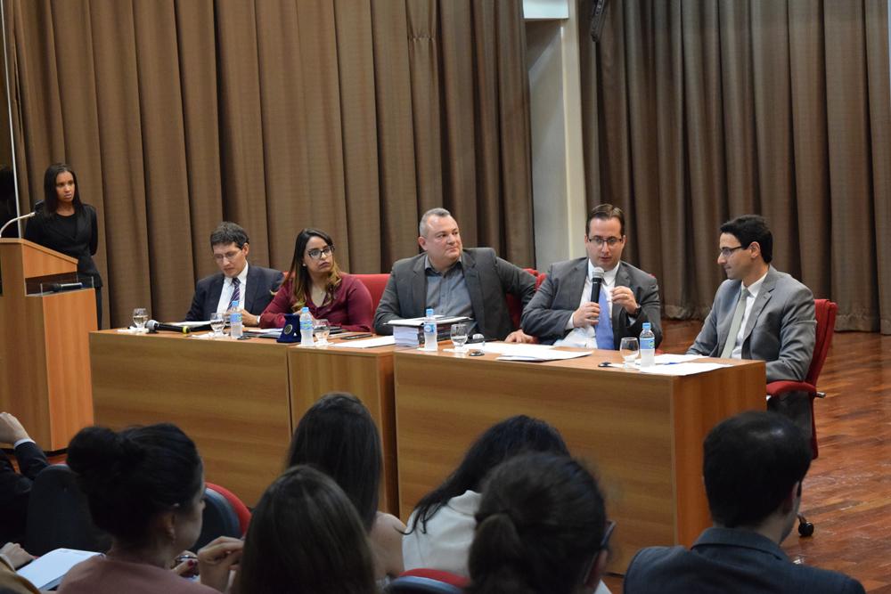 Por fim, a banca com os debatedores Lilian de Souza, Pedro Eliezer Maia, João Paulo Fanucchi de Almeida Melo, Gabriel Arbex, e com o condutor, Marcelo Jabour Rios