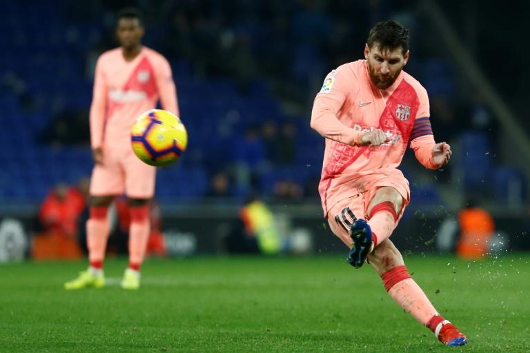 Lionel Messi anota um gol de falta na vitória do Barcelona sobre o Espanyol, 8 de dezembro 2018