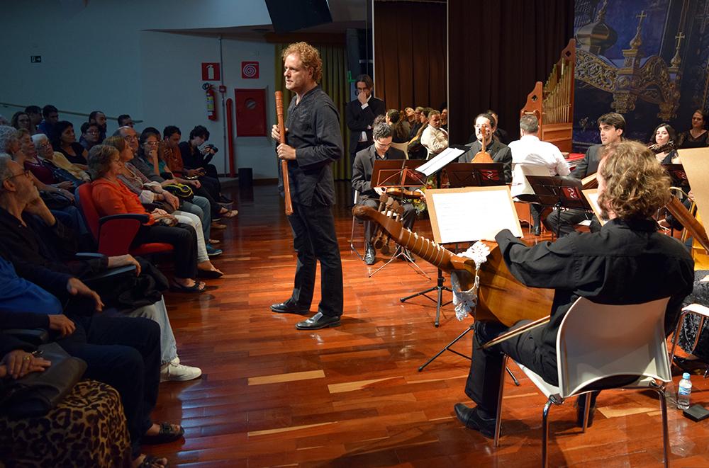 Leopoldo Balestrini, idealizador da orquestra, realiza uma breve palestra antes do concerto.