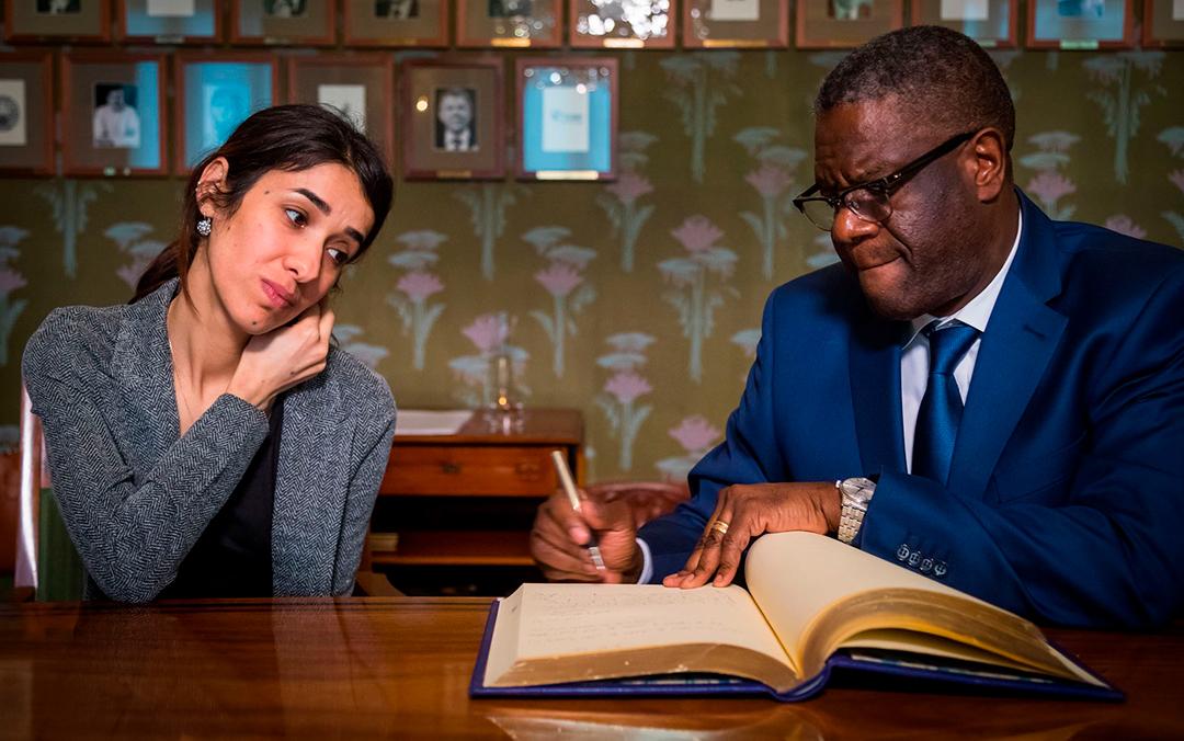 Os vencedores do prêmio Nobel da Paz 2018, Denis Mukwege e Nadia Murad, assinam o livro de laureados durante entrevista coletiva em Oslo.