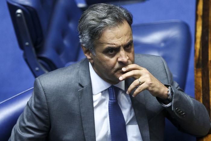 As buscas são feitas por policiais federais nas casas do ex-senador Aécio Neves em Belo Horizonte e no Rio de Janeiro.